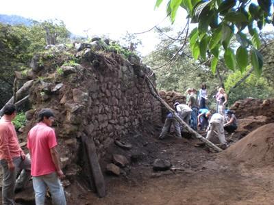 ペルーで発掘作業をするボランティアたち