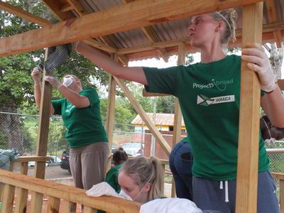 カリブ海のジャマイカで、遊び場の建築に励むボランティアたち
