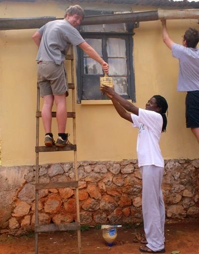 ジャマイカでペンキ塗りをする建築ボランティア