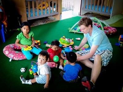 南米のケア施設で子供のお世話をするボランティア