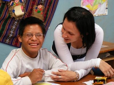 ペルーの特別支援学校で活動するボランティア