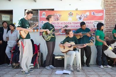 南米で音楽グループを組んで演奏するボランティアたち