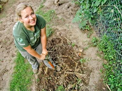 南米の農場で畑を耕すボランティア