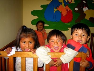 ペルー、ケアプロジェクト活動地で遊ぶ子どもとボランティア