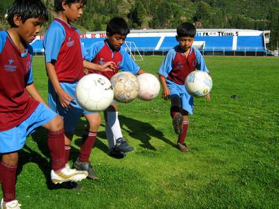 ペルーでスポーツを教える海外ボランティア サッカーを学ぶ子供たち