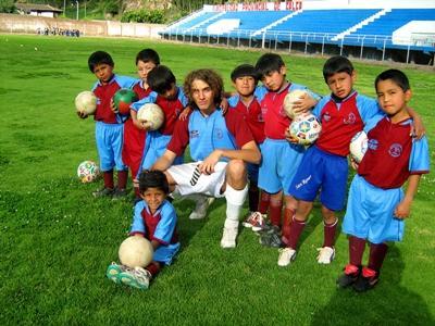 南米でプロジェクトアブロードのサッカーコーチをするボランティア