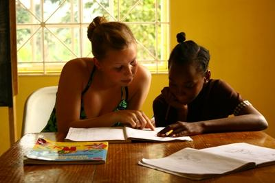 中南米で生徒に一対一で勉強を教えるボランティア