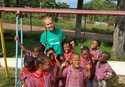 カリブ海のジャマイカの子供たちとケアボランティア