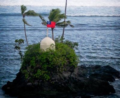 南太平洋、活動地にてサモアの国旗と島