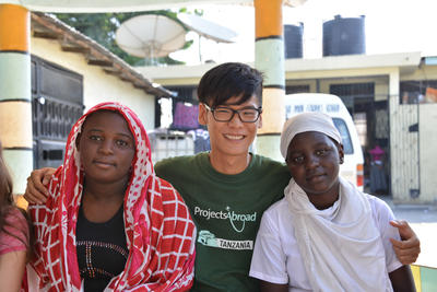 東アフリカのタンザニアで異文化交流をしながら英語レッスンを学ぶ日本人ボランティア