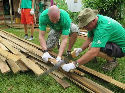 知識と経験を活かしたシニアの海外ボランティア 建築活動に貢献するシニアボランティアたち