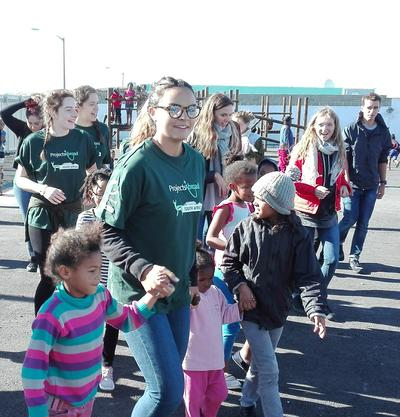 アフリカ大陸最南端の南アフリカでチャイルドケアに貢献する高校生ボランティアたち