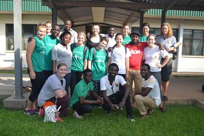 西アフリカのガーナで、国際医療の海外ボランティア中の高校生ボランティアたち