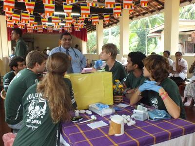 スリランカで歯科医療ワークショップに参加中の高校生ボランティアたち