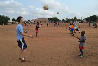 アフリカのガーナでサッカーを教える高校生ボランティアの様子