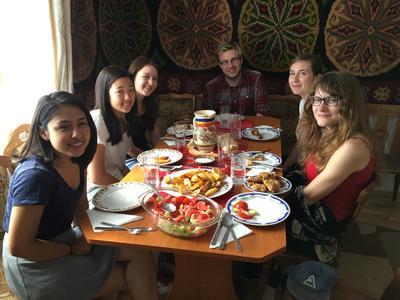東欧ルーマニアで異文化交流 ホストファミリー宅での食事
