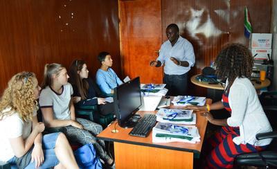 ケニアでオリエンテーションを受けるボランティアたち