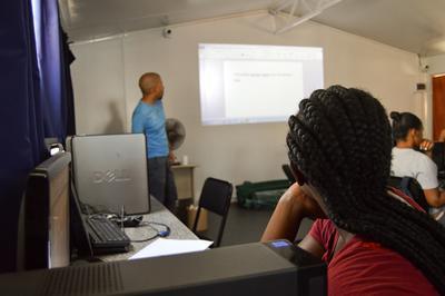 ボランティアが南アフリカでITスキルについてレクチャーをしている様子