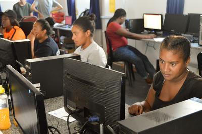 ボランティアからITスキルを学習する南アフリカの人々