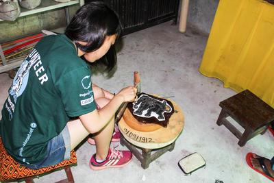 カンボジアでクメール伝統のお面作りに励む日本人ボランティア