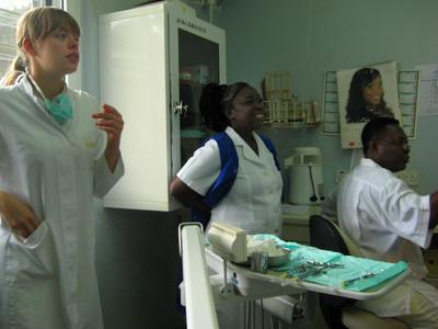 ガーナの病院で学ぶ医療インターンの様子