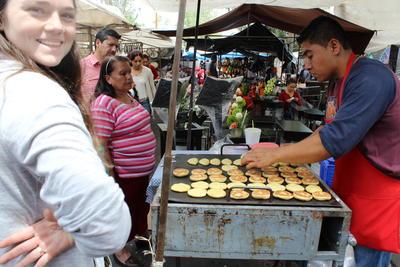 メキシコのマーケットを散策するボランティア