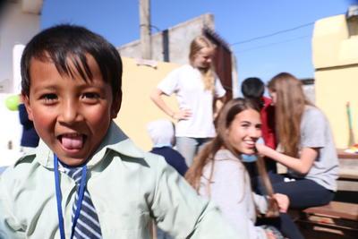 大学生の海外ボランティア ネパールでチャイルドケアにあたるボランティアたち