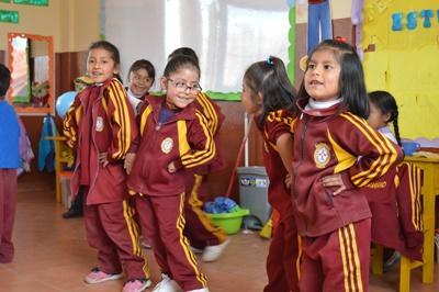 海外ボランティア 伝統ダンスを披露する子供たち