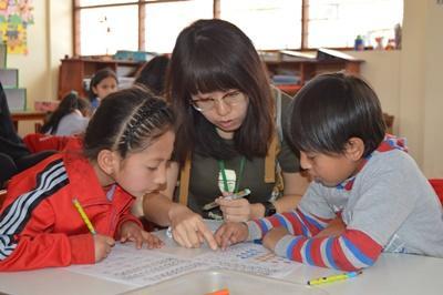 ペルーでチャイルドケア ボランティアとペルーの児童たち