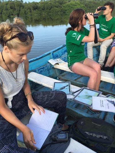 中米メキシコで野鳥の観察と研究を行う大学生の環境保護ボランティアたち