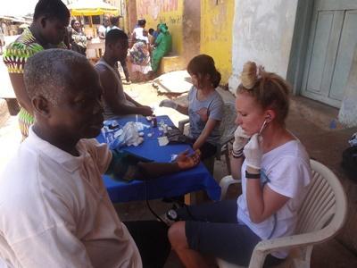 日本人ボランティアがガーナで医療アウトリーチ活動を行っている様子