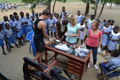 医療アウトリーチ活動 ガーナで活動中の公衆衛生ボランティア
