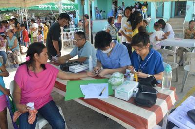 フィリピンで公衆衛生の短期海外ボランティア 医療アウトリーチ活動中の日本人大学生ボランティア