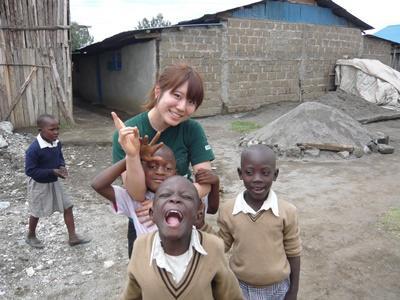 ケニアの子供たちと日本人ボランティア