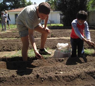 オーガニックの野菜を育てるプロジェクトアブロードボランティアと子ども