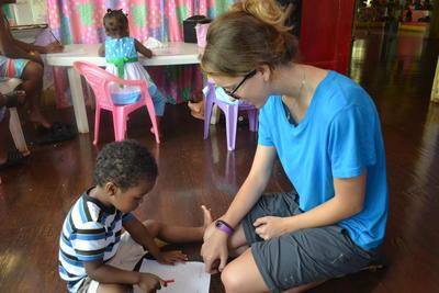 中米ベリーズで、春休みにチャイルドケアの海外ボランティア 大学生ボランティアと現地の子供たち