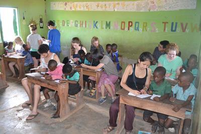 プロジェクトアブロード ガーナの学校でボランティアが教育的ケア活動を行っている様子