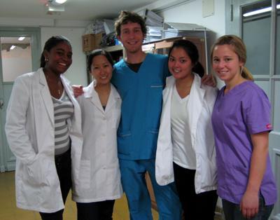 アルゼンチンで医療プロジェクトに参加しているプロジェクトアブロードのボランティアたち