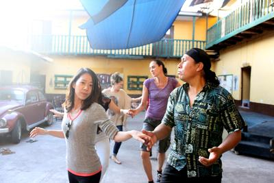 春休みの短期海外ボランティア ペルーの伝統ダンスレッスンを受ける日本人ボランティア