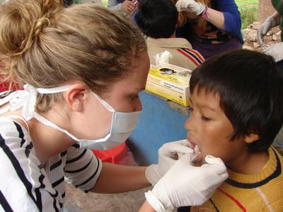 南米ペルーで公衆衛生の海外ボランティア 現地の子供に歯科衛生指導を行う学生ボランティア