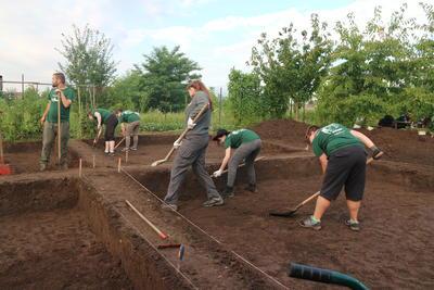 東欧ルーマニアの遺跡現場で掘削作業にあたる考古学ボランティアたち