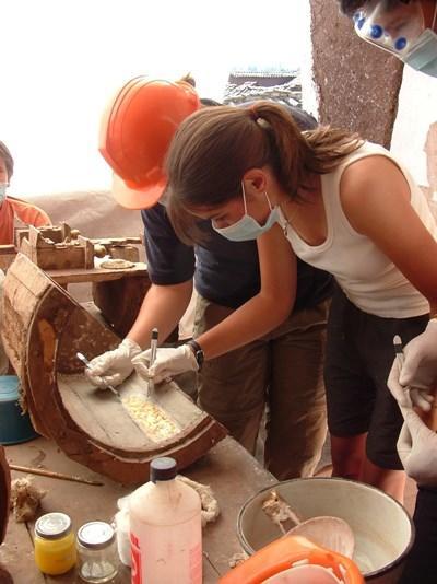 考古学プロジェクトでみつかった遺物を調査するプロジェクトアブロードボランティア