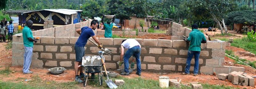建築プロジェクトで活動するボランティアたち