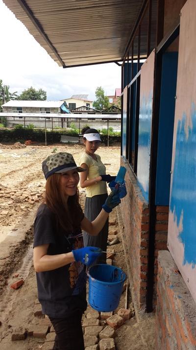 ネパール復興支援でペンキを塗る日本人ボランティア