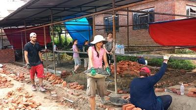 資材を運ぶネパールの復興支援ボランティア