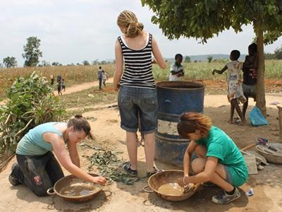 ガーナで建築活動中の日本人ボランティア