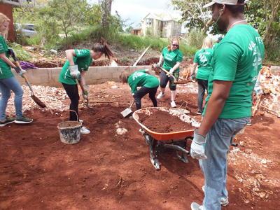 ジャマイカで建築活動の海外ボランティア 小学校の遊び場の建築に励むボランティアたち