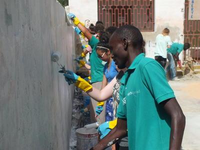 西アフリカのセネガルで建築の海外ボランティア活動 ペインティングに貢献するボランティアたち