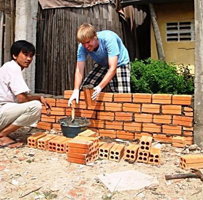 建築プロジェクトで建物を建てているプロジェクトアブロードボランティア