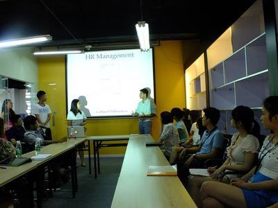中国で海外インターンシップ 人事マネージメントのワークショップに参加するビジネスインターン